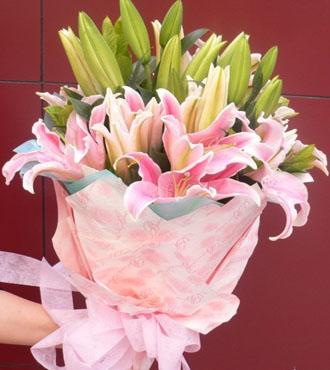 时刻牵挂着你/29枝红色玫瑰:笑靥如花_8枝香水百合