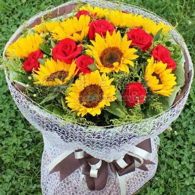9枝向日葵玫瑰/情感永远长存