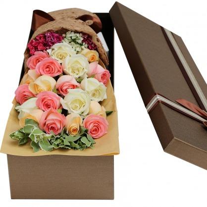 19枝香槟、白色、粉色玫瑰混搭,相思梅底部丰满,叶上花(或绿叶)搭配;