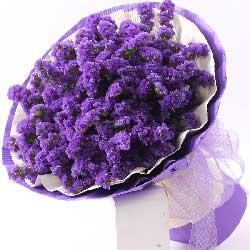 一束独具匠心的紫色勿忘我
