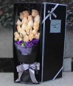 心心相印,满满是爱/19枝香槟玫瑰礼盒