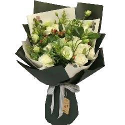 此情惟你独钟/16枝玫瑰+百合+绣球花:讨人喜欢,百看不厌/11枝白色玫瑰