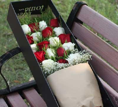 10枝白玫瑰、9枝红玫瑰,满天星、黄莺搭配;