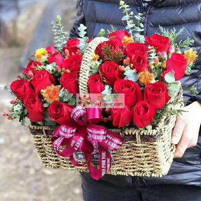 25枝红色玫瑰,尤加利、黄英、配叶丰满,红豆、小黄花点缀(或类似配花)