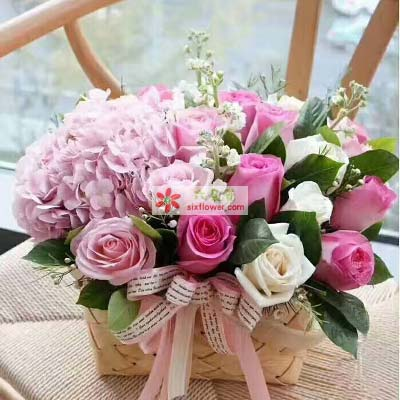 粉色玫瑰、苏醒玫瑰、白玫瑰共计20枝,2只粉色绣球花,橛子叶、满天星、配草丰满;