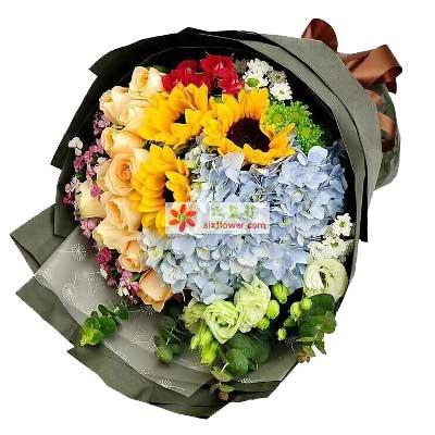 11枝香槟玫瑰,3枝向日葵,1只蓝色绣球,小雏菊,小菊,桔梗,相思梅,叶上花搭配;