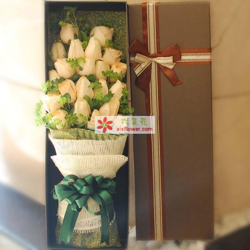 21枝香槟玫瑰,绿叶间插