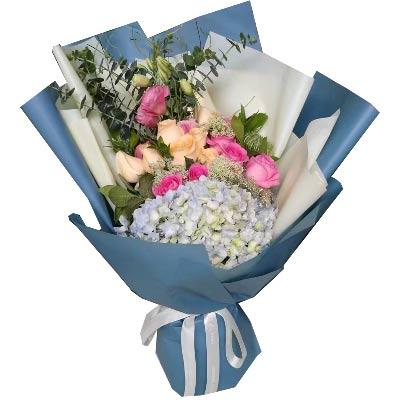 9枝粉色玫瑰,9枝香槟玫瑰,2枝康乃馨,1个绣球花,尤加利、配叶