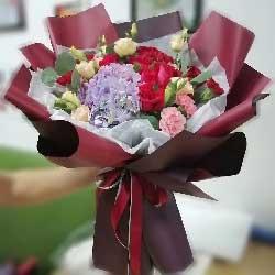 11朵红玫瑰,1只粉色绣球花,日日夜夜伴随你