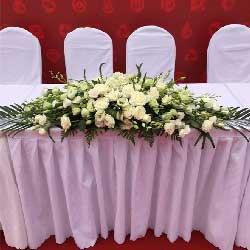 签到台花,6朵白玫瑰,29朵桔梗搭配