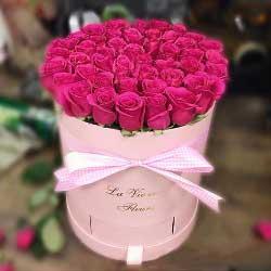 48朵红玫瑰,花桶装礼盒,身边至爱的人
