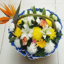 清明节花篮,7朵白色菊花,7朵黄色菊花,3朵黄色康乃馨,3支多头白色百合