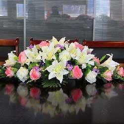 8朵白色百合,10朵苏醒玫瑰,会议桌花