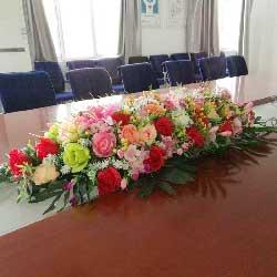 16朵红玫瑰,6朵香槟玫瑰,玫瑰百合桌花