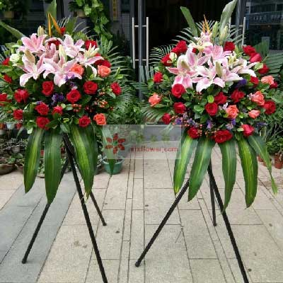 8朵粉色百合,16朵红玫瑰,三脚架开业花篮