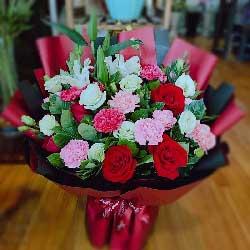 9朵红玫瑰,12朵康乃馨,吉祥如意好运齐来