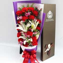 16朵红色康乃馨,2支白色多头百合,您是我永远的牵挂