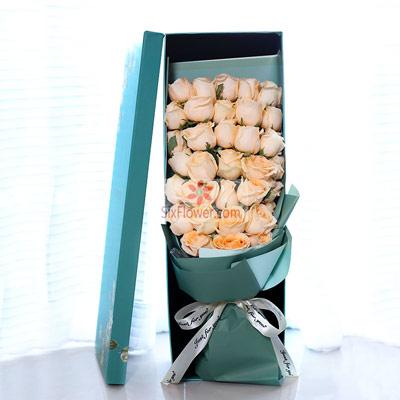 33朵香槟玫瑰,长方形礼盒,在乎和你的每一秒