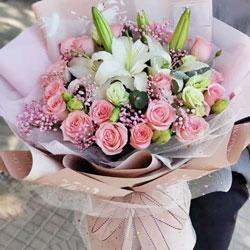 18朵粉玫瑰,2支白色多头百合,有你的陪伴