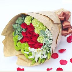16朵红玫瑰,2支白色多头百合,人生要有你的陪伴才精彩