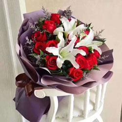19朵红玫瑰,2支白色多头百合,生日快乐永远美丽