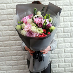 6朵白玫瑰,5朵芍药花,最幸福的一个