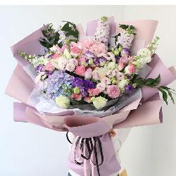 9朵白玫瑰,1朵蓝色绣球花,感恩有你无比珍惜
