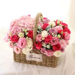 12朵红玫瑰,手提花篮,绣球花桔梗搭配,幸福美景