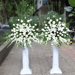20朵白玫瑰,20朵白色桔梗,罗马柱花篮,成功喜悦
