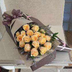 19朵香槟玫瑰,情人草丰满,因你而更美好和幸福