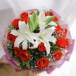 19朵红玫瑰,2支白色多头百合,让我好好的爱你