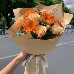 6朵香槟玫瑰,3朵橙色扶朗花,福气祥瑞自天降