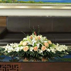 12朵香槟玫瑰,6朵白色百合,茶几桌花