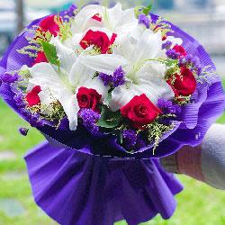 11朵红玫瑰百合,今生缘分唯有你